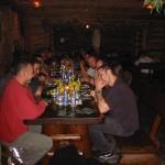 Na drugim końcu stołu Noah Gross dyskutuje z Dave'm