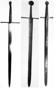 Typowe długie miecze z XIV i początku XV wieku,  waga od 1,5 do 1,75 kg.